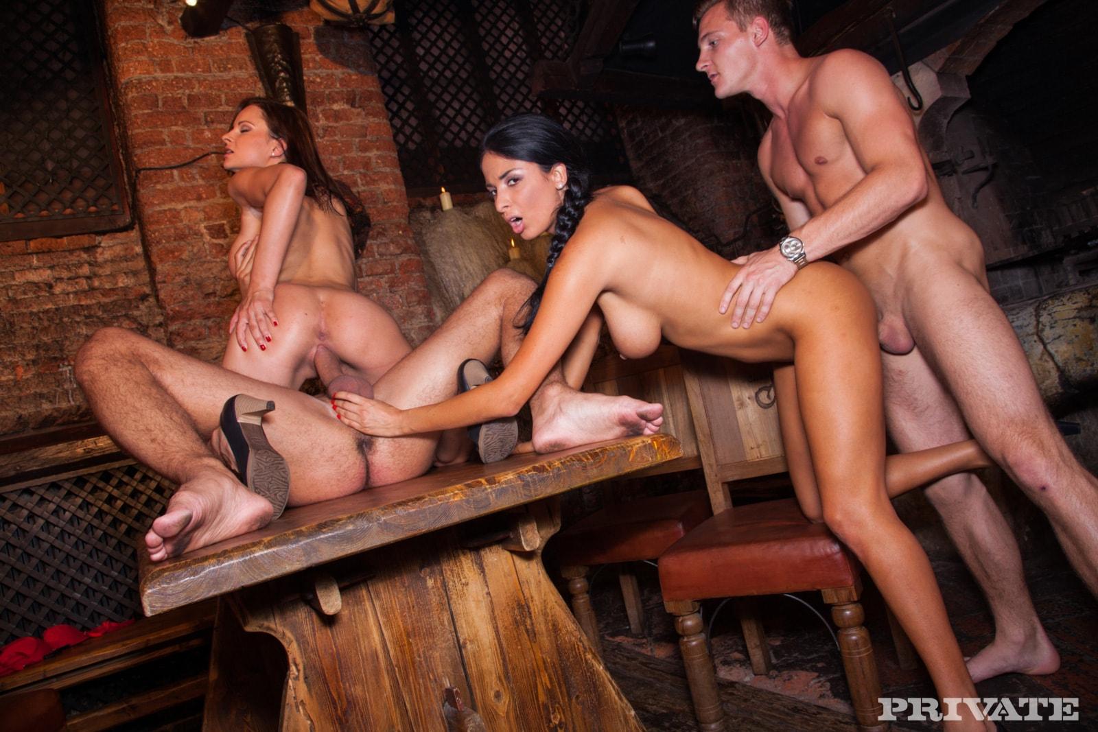 Порно групповуха в кафе, порно видео с барыгами